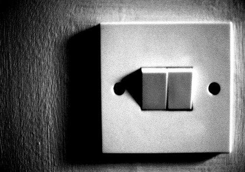 كيف تكتشف اذا كان هنالك اجهزة تجسس مزروعة في منزلك او بمحل تجاري عند زيارتك له