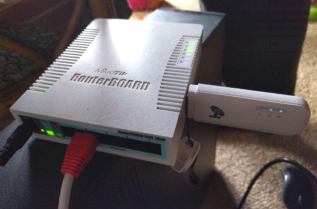 """استخدم جهاز التحويل الرقمي """"Telstra 4GX USB"""" (المعروف أيضًا باسم Huawei E8372) لشبكة 4G / LTE على جهاز توجيه Mikrotik"""