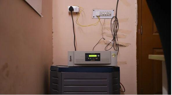 الاتصال بين العاكس الشمسية والشبكة